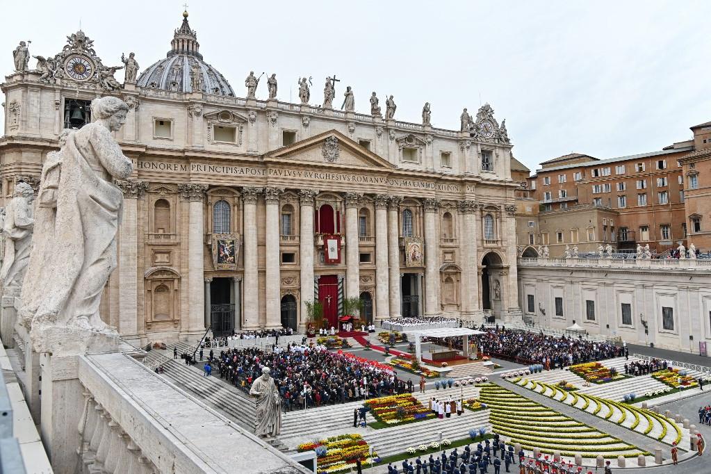 Gyönyörűen feldíszítették a Szent Péter-bazilika előtti térrészt