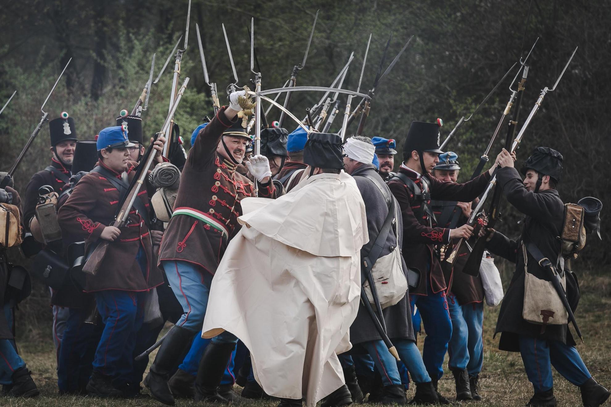 Több száz katonai hagyományőrző, köztük lovasok, gyalogosok és tüzérek újrajátszották szombaton a 31. Tavaszi Emlékhadjárat keretében az isaszegi győztes csatát az isaszegi Szoborhegy alatt.