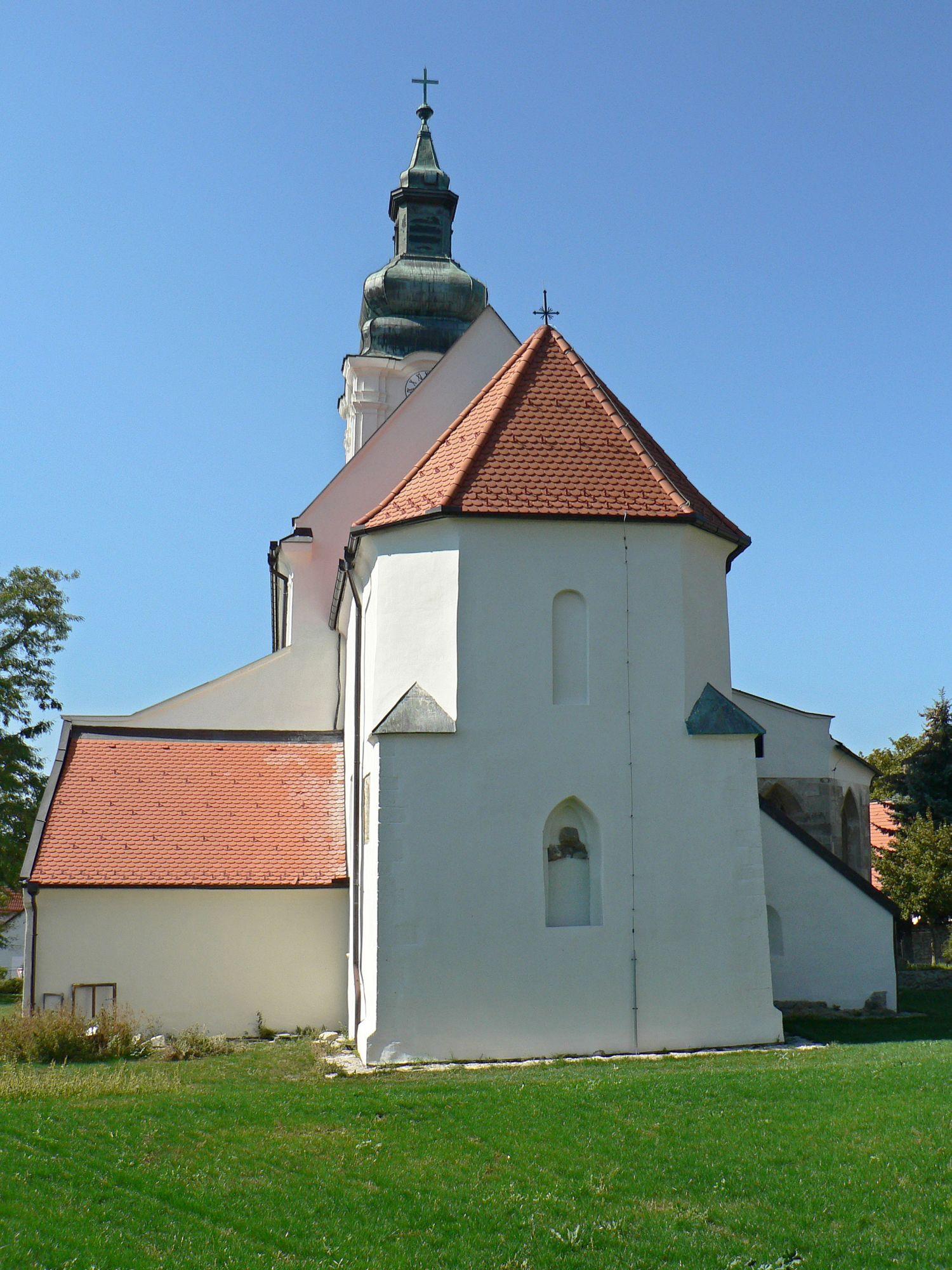 A nemrég megújított 13–15. századi templom