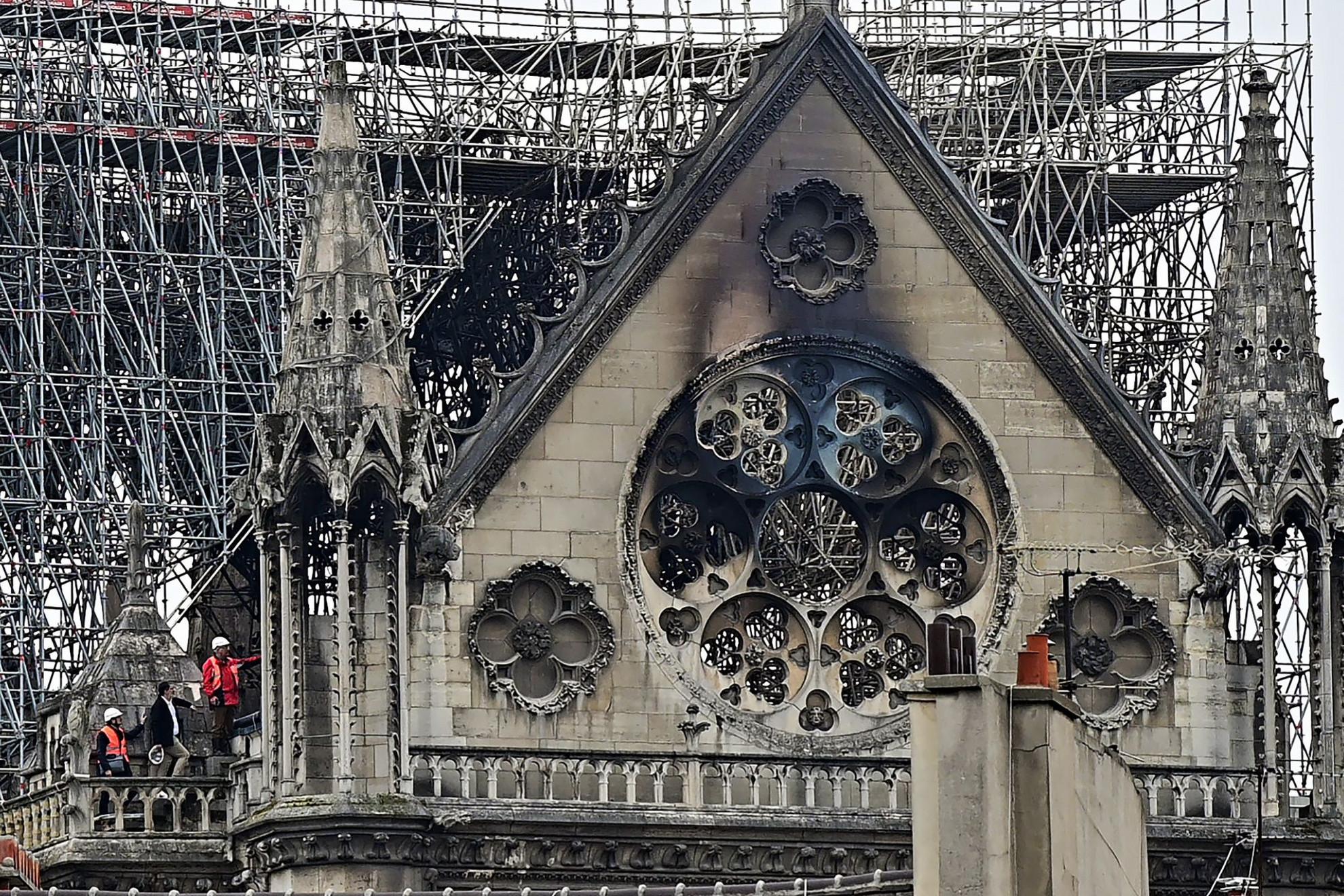 Kilenc órán keresztül tomboltak a lángok a székesegyház tetőszerkezetében, mire ötszáz tűzoltónak sikerült hősies munkával  megakadályozni a két torony összeomlását