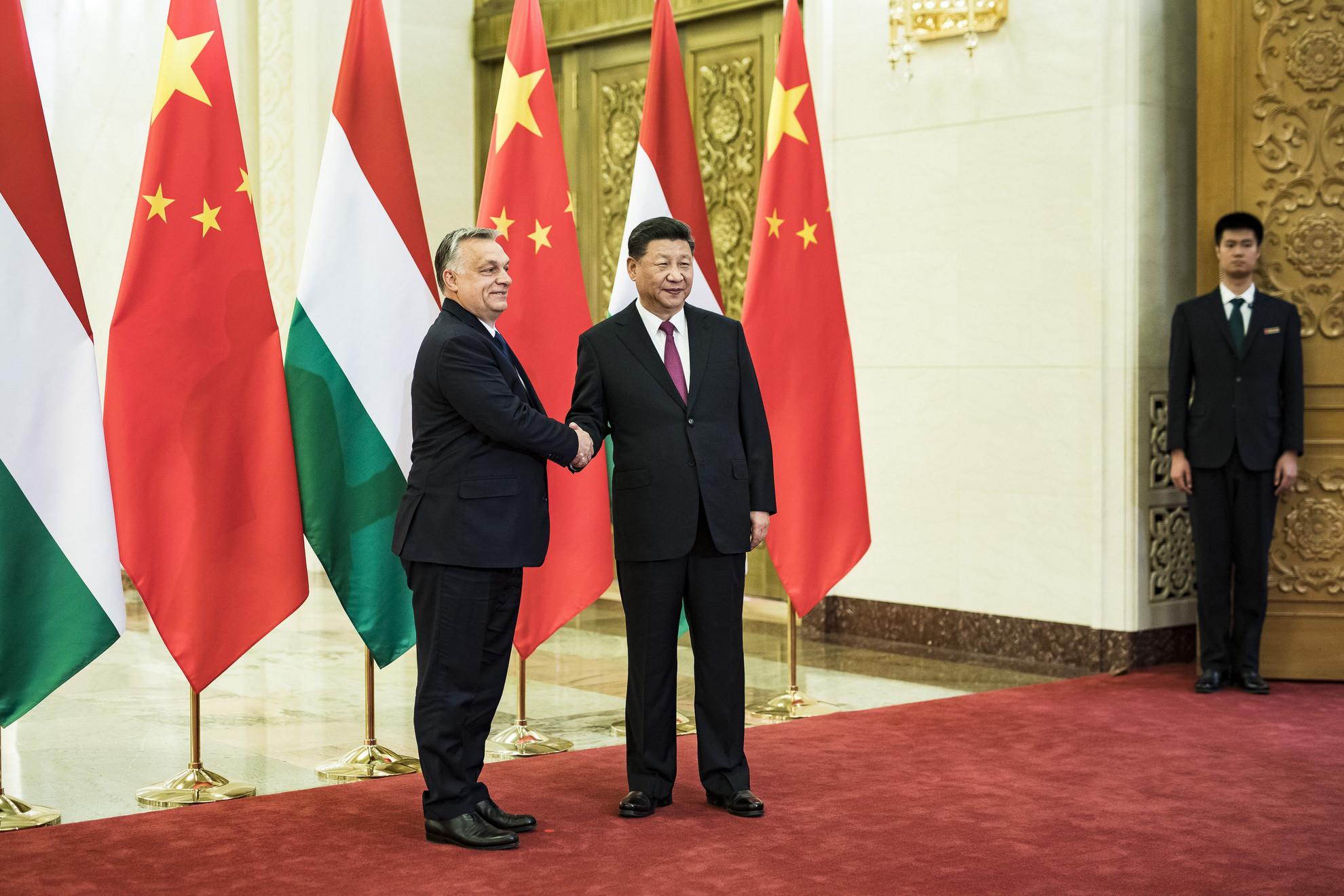 Hszi Csin-ping kínai államfő (j) fogadja Orbán Viktor miniszterelnököt Pekingben