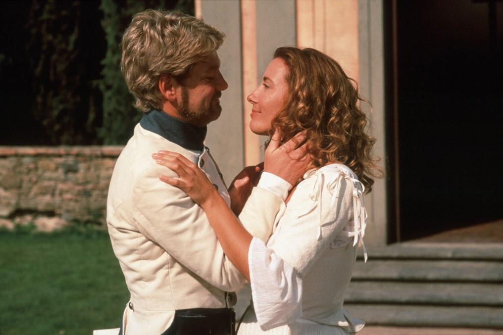 A színésznő magánélete romokban hevert Kenneth Branagh-tól való válása után, akivel a Sok hűhó semmiért című filmben ismerkedett meg.