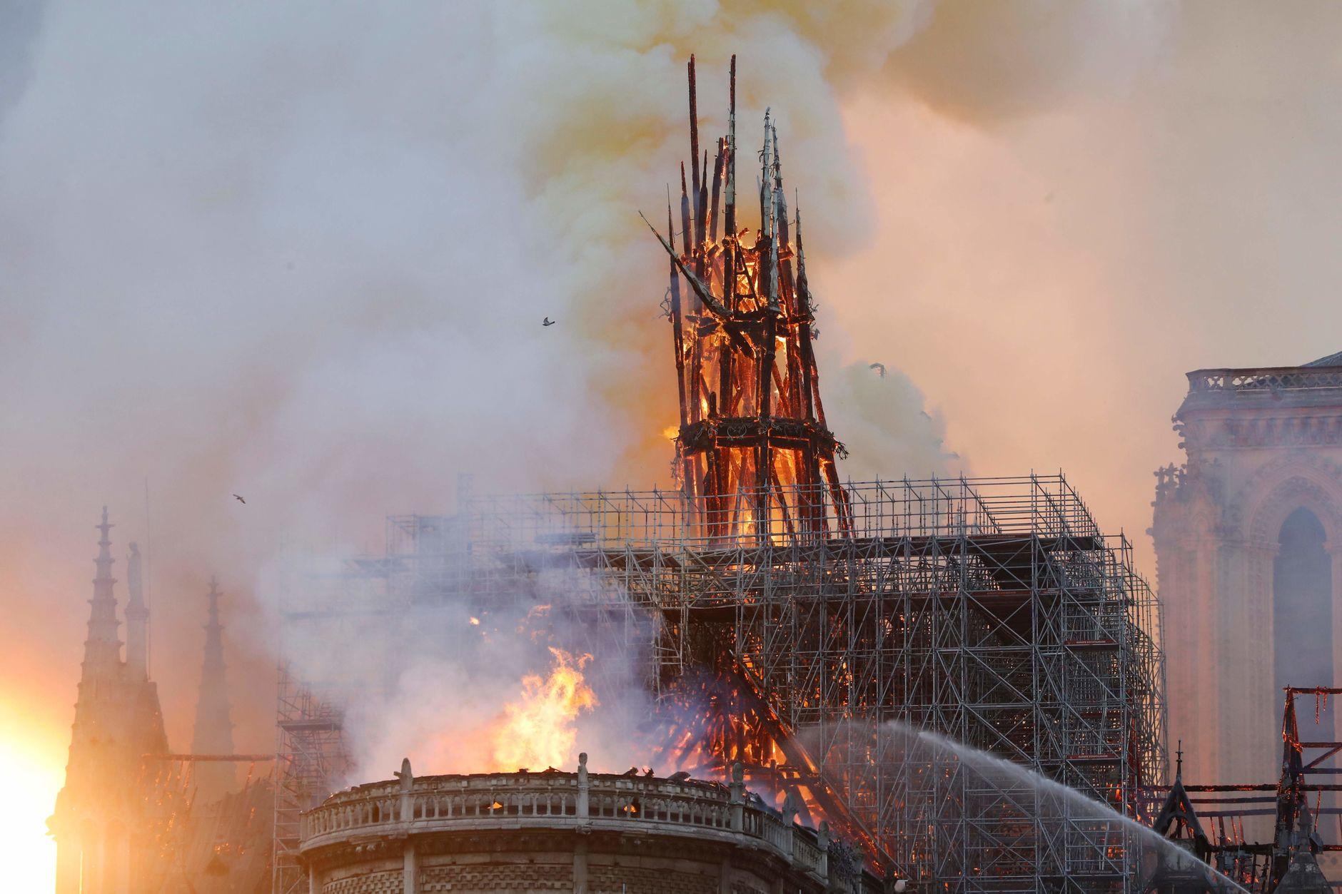 Lángok martaléka lett Párizs egyik szimbóluma