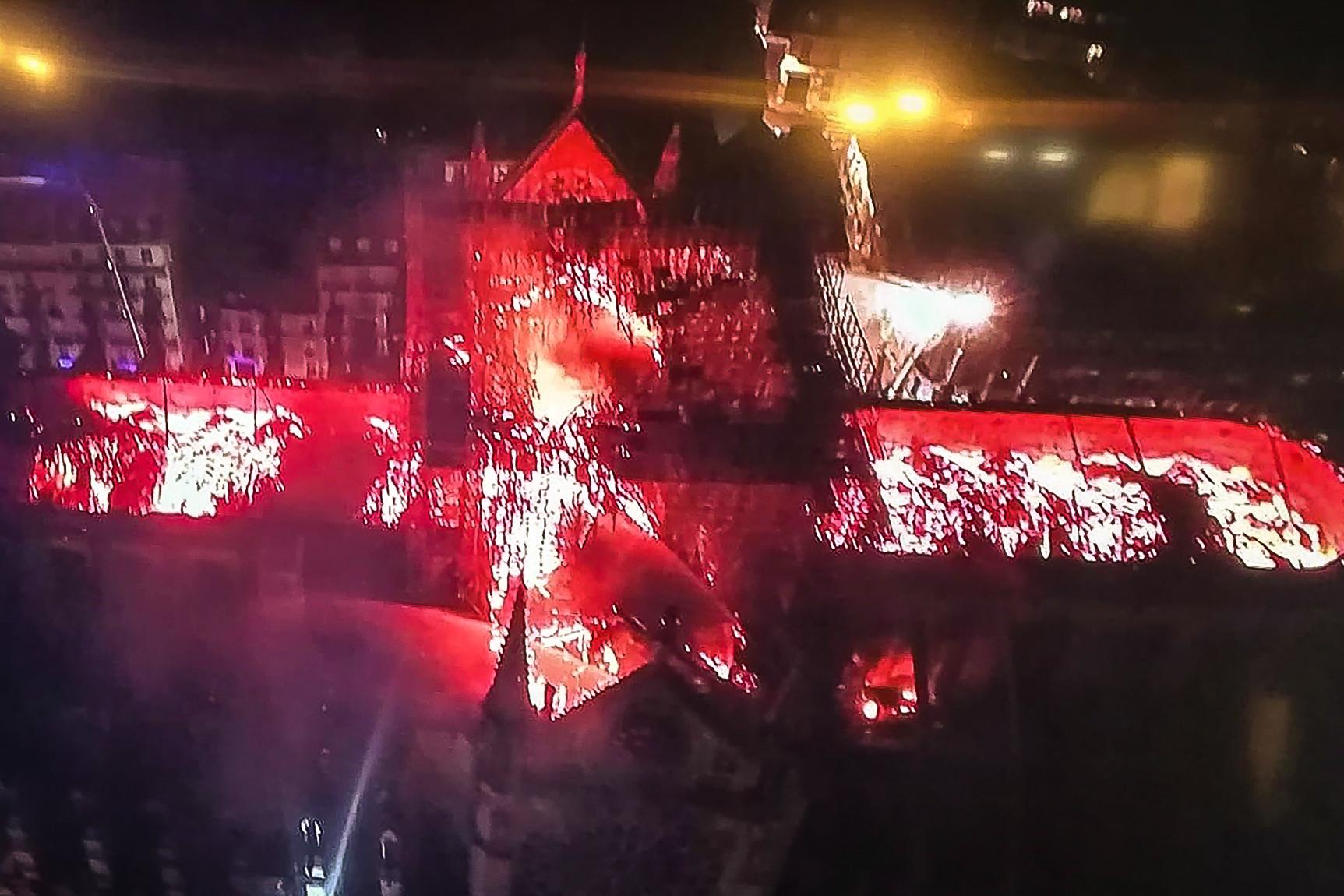 Fentről látszódik igazán, a lángok hatalmas pusztítást végeztek a székesegyház teljes tetőszerkezetében