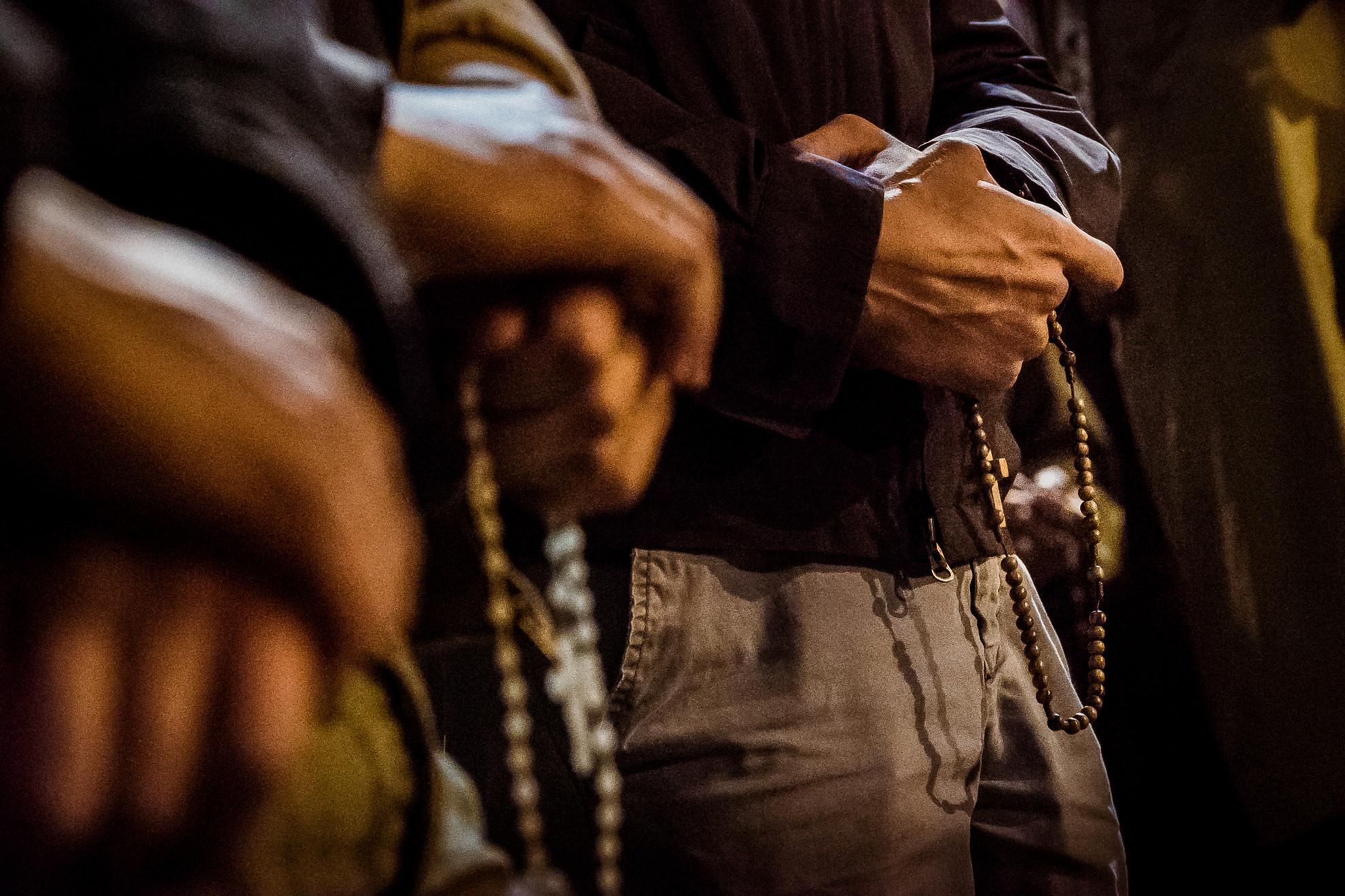 Néhányan - rózsafüzérrel a kezükben - órákon keresztül imádkoztak a Notre-Dame-ért
