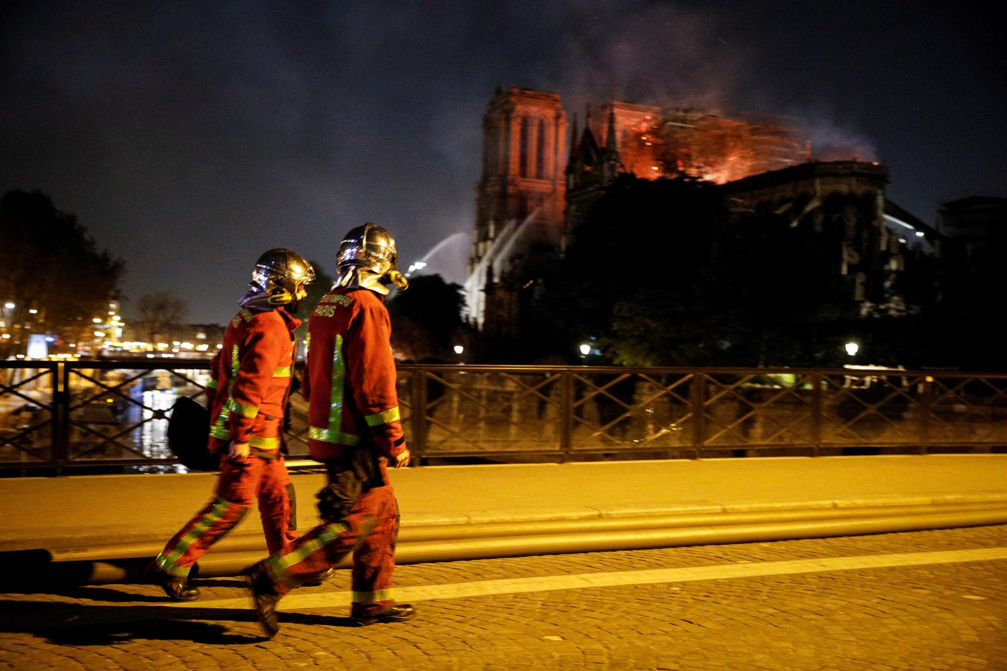 Mintegy ötszáz tűzoltó kitartó munkája révén azonban sikerült megfékezni a lángokat