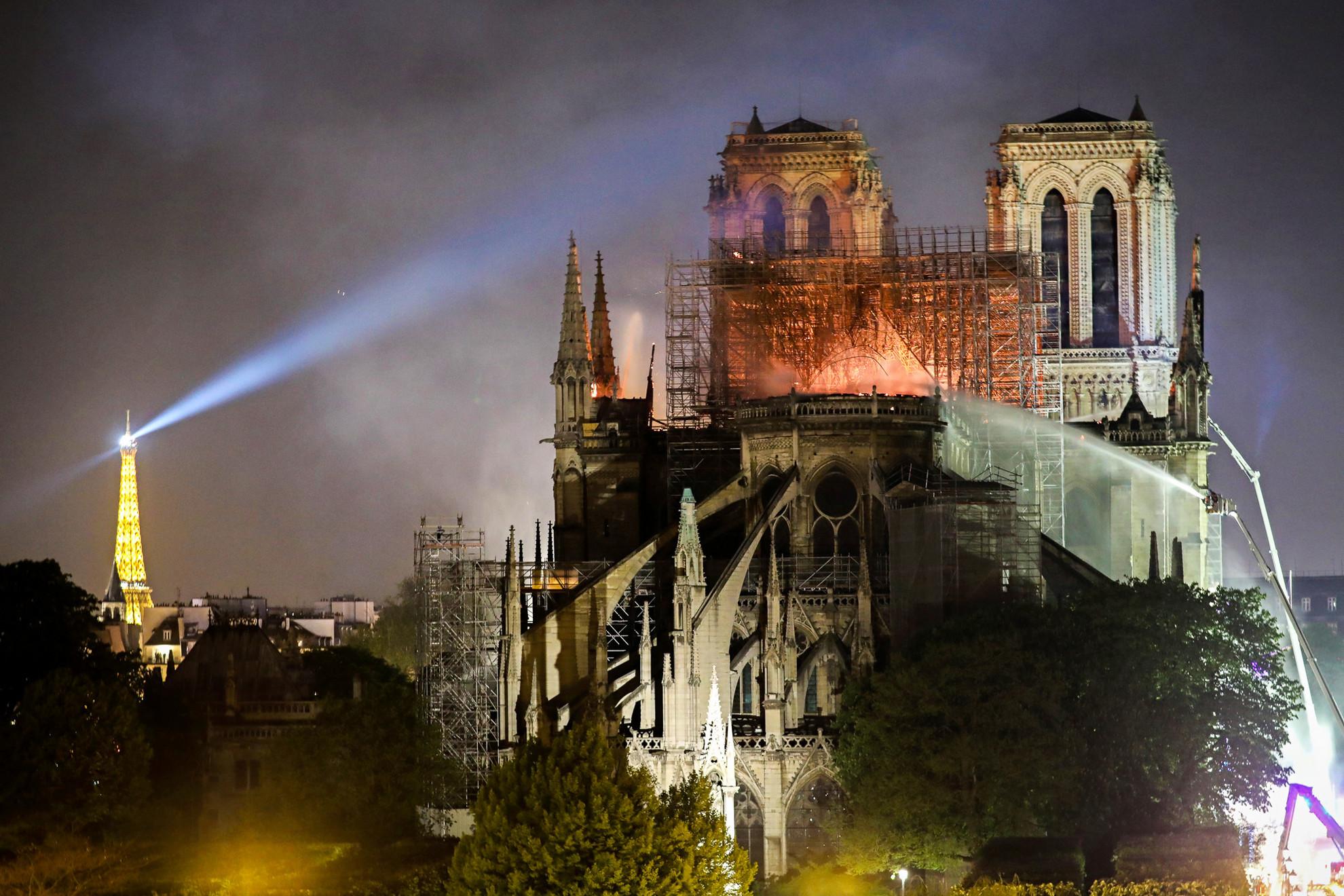 Párizs érsekének engedélyével sok templom kinyitott, harangszó hívta imára az embereket a tűzvész láttán