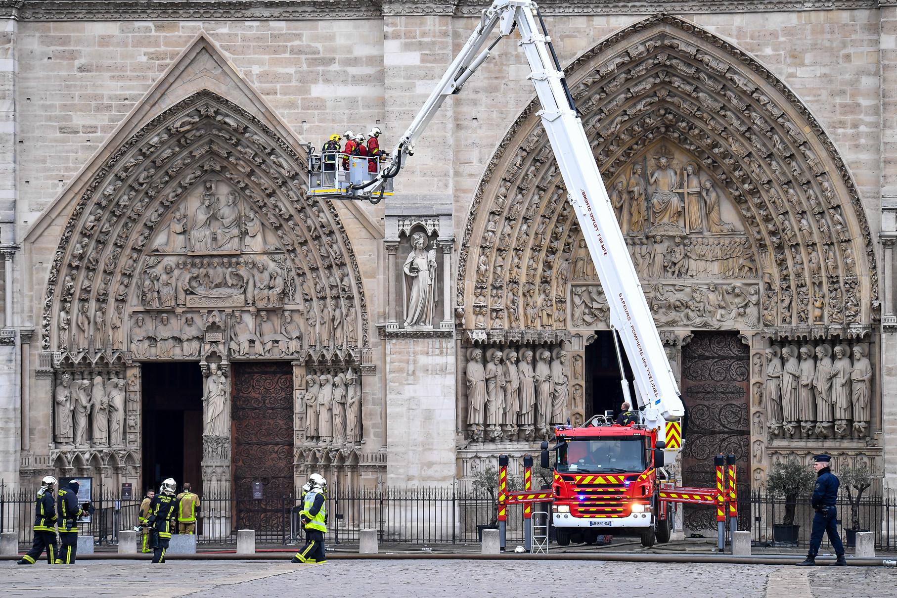 A párizsi ügyészség gondatlanságból elkövetett károkozás miatt indított nyomozást a tűz keletkezésének kiderítésére