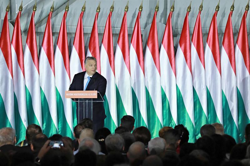 Magyarországnak 9 éve vannak vitái Brüsszellel, ezek pedig mindig arról szólnak, hogy a magyar kormány nem hajlandó azt csinálni, amit Brüsszel diktál, ha az a magyaroknak nem jó - mondta a kormányfő