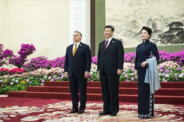 Orbán Viktor miniszterelnök (b), valamint Hszi Csin-ping kínai államfő és felesége az Egy övezet, egy út kezdeményezés második nemzetközi fórumának gálavacsorájára előtt Pekingben