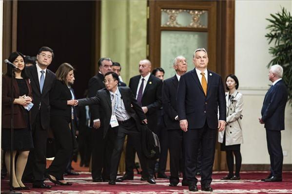 A Miniszterelnöki Sajtóiroda által közreadott képen Orbán Viktor miniszterelnök az Egy övezet, egy út kezdeményezés második nemzetközi fórumának gálavacsorájára érkezik Pekingben