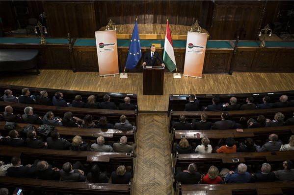 A Miniszterelnöki Sajtóiroda által közreadott képen Orbán Viktor miniszterelnök beszédet mond az európai parlamenti választások kampányrendezvényén a szabadkai városházán