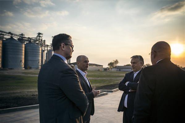 Orbán Viktor miniszterelnök (j2) Pásztor István, a Vajdasági Magyar Szövetség (VMSZ) elnöke (háttal, j2) társaságában a vajdasági Topolyán, a GEBI Kft. gabonatároló üzemében, amely a magyar kormány gazdaságfejlesztési támogatásával valósult meg