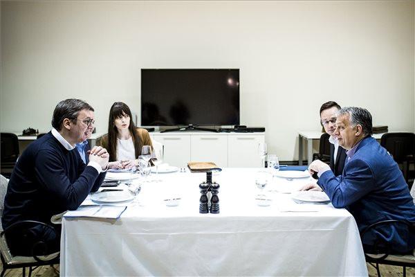 A Miniszterelnöki Sajtóiroda által közreadott képen Orbán Viktor miniszterelnök (j) és Aleksandar Vucic szerb államfő (b) munkavacsorája Palicson 2019. április 14-én. Jobbról Szijjártó Péter külgazdasági és külügyminiszter (j2).