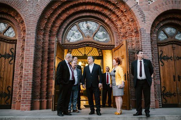 Orbán Viktor miniszterelnök (k) Pásztor István, a Vajdasági Magyar Szövetség (VMSZ) elnöke (b) társaságában megtekinti a magyar kormányzati támogatással felújított szabadkai zsinagógát