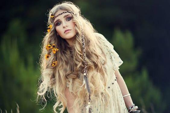 Az idén a nagyon nőies, természetes hullámos haj a divat.