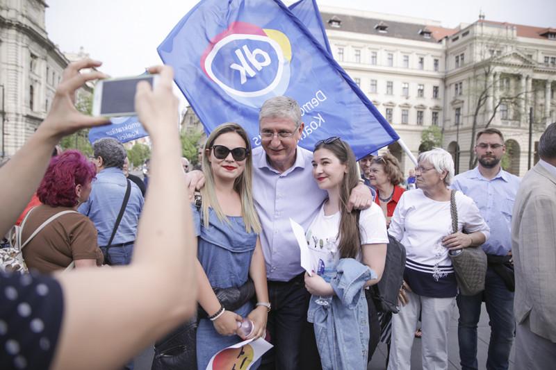 Gyurcsány Ferenc tüntetőkkel pózol