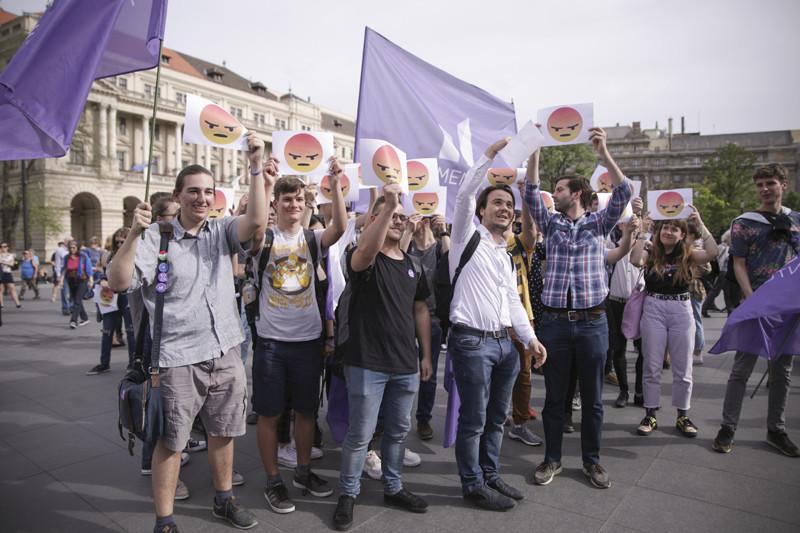 A Momentum zászlói is szép számban jelen voltak a tüntetésen