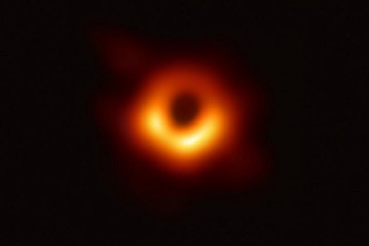 Powehi lett az első lefényképezett fekete lyuk neve