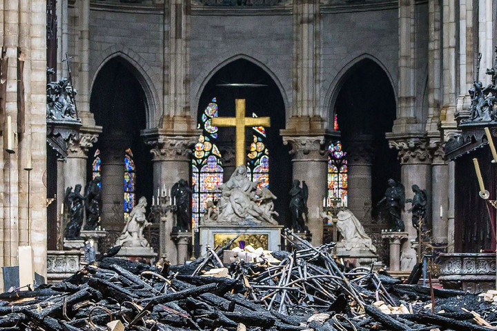 Franciaország a katedrálist megmentő tűzoltók előtt tiszteleg