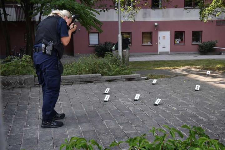 Svédországban vádat emelnek a Down-szindrómás fiatalembert lelövő rendőrök ellen