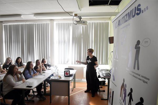 Rendhagyó osztályfőnöki órát tartottak az autizmus világnapján