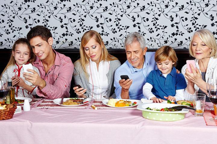A közös vacsorák felét mobiljaikkal töltik a családok