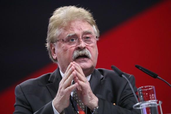 Egy mondatot ismételget Merkel csalási botrányba keveredett jobbkeze