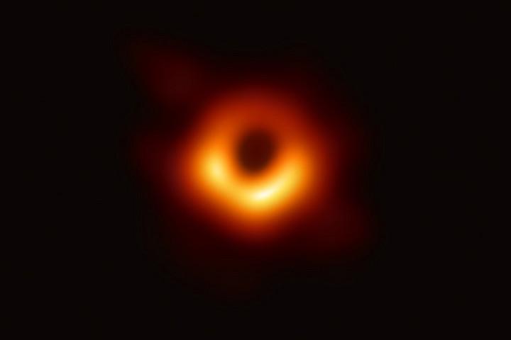 Íme, az első valódi kép egy fekete lyukról