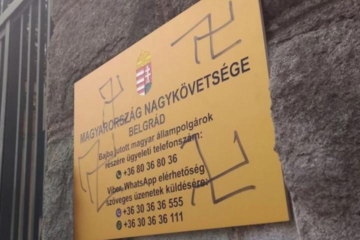Horogkeresztekkel firkálták össze Magyarország belgrádi nagykövetségének épületét