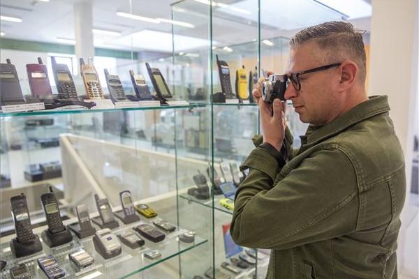 A mobiltelefonok történetéről nyílt kiállítás Szegeden