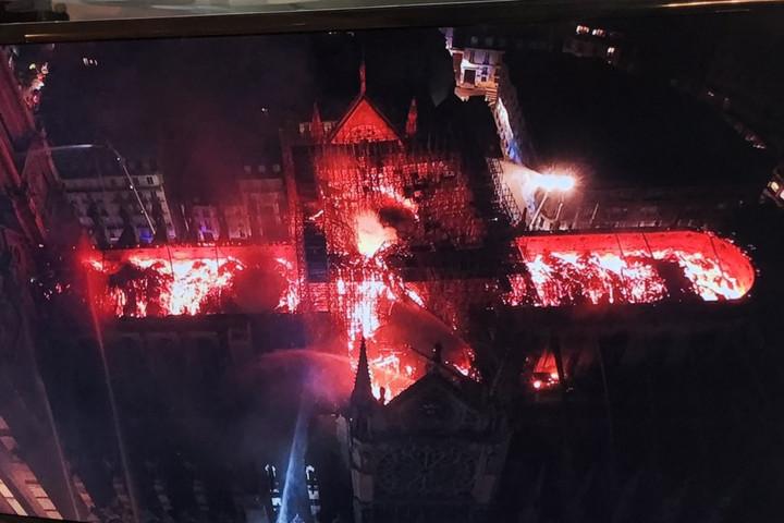 Megmenekül a Notre-Dame