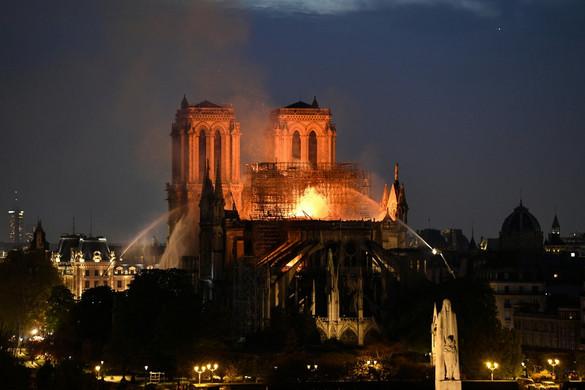 Élő videó a lángoló Notre-Dame-ról