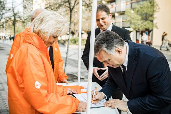 Orbán Viktor is aláírta a Fidesz ajánlóívét