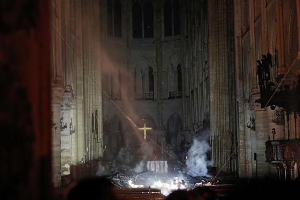 A kereszténység és az egyetemes kultúra jelképe állt lángokban