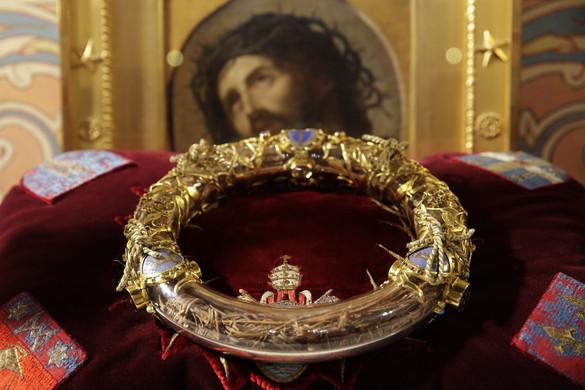 Hősként ünneplik a káplánt, aki az égő épületből hozta ki Krisztus töviskoronáját