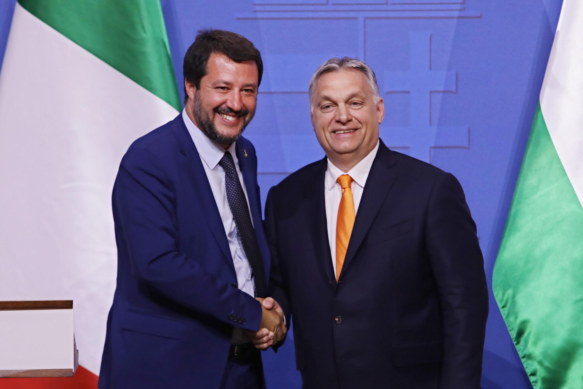 Matteo Salvini és Orbán Viktor kézfogása a közös sajtótájékoztatójukon
