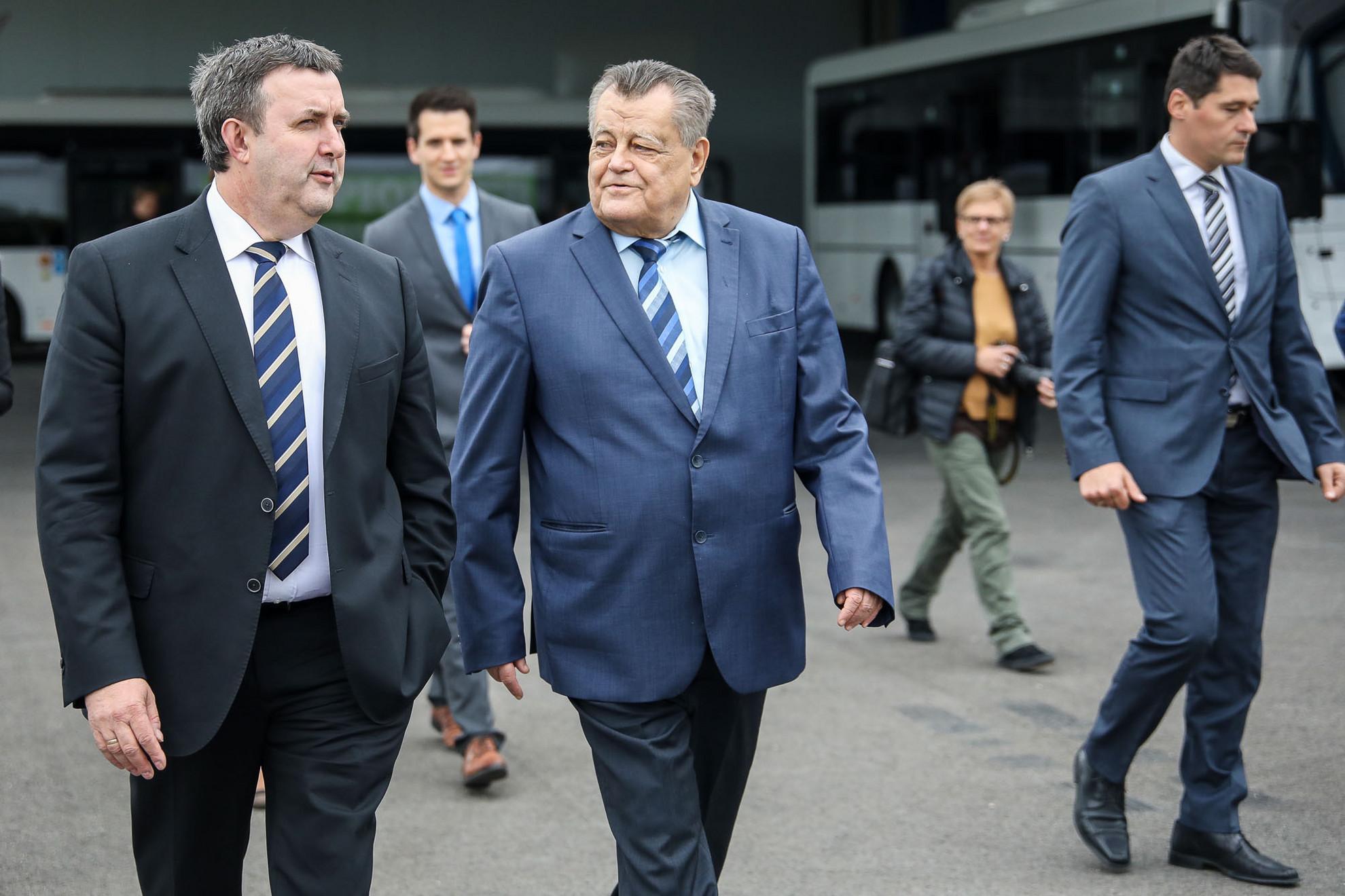 Palkovics László az innovációs és technológiai miniszter (b) és Széles Gábor, az Ikarus vállalatcsoport elnöke (j)