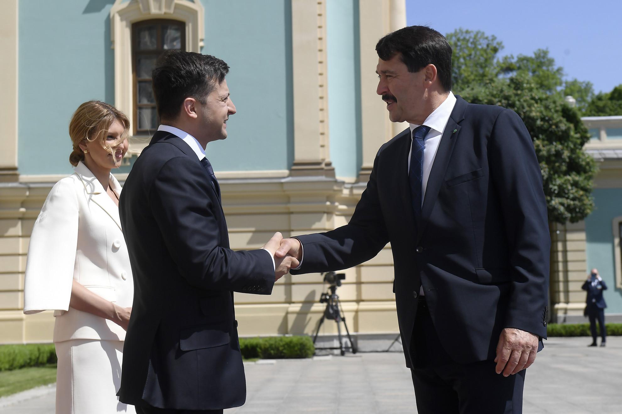 Volodimir Zelenszkij megválasztott ukrán elnök (b) fogadja beiktatási ünnepsége előtt Áder János köztársasági elnököt Kijevben