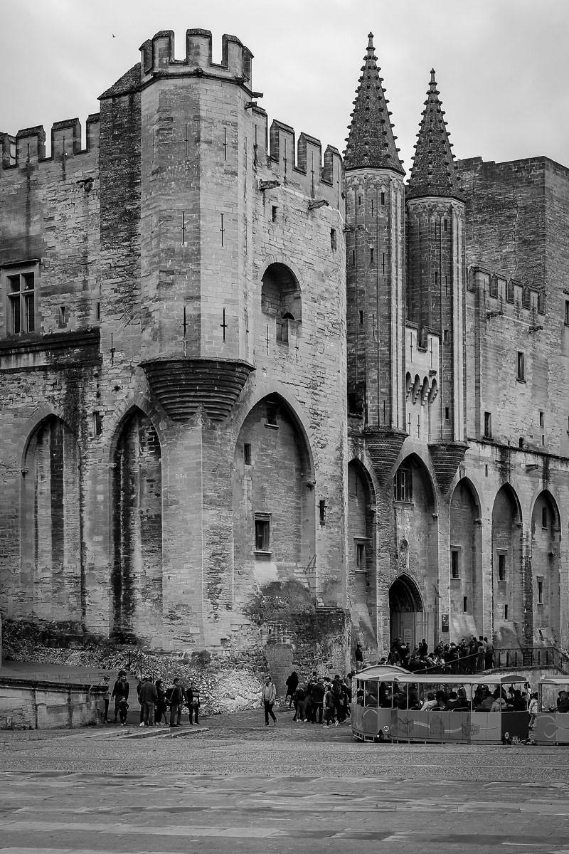 Megéledt a bibliai mondat: a pápák avignoni palotáját sziklára építették. Európa legnagyobb gótikus műemlékét sem a természet, sem  történelem viharai nem tudták elpusztítani