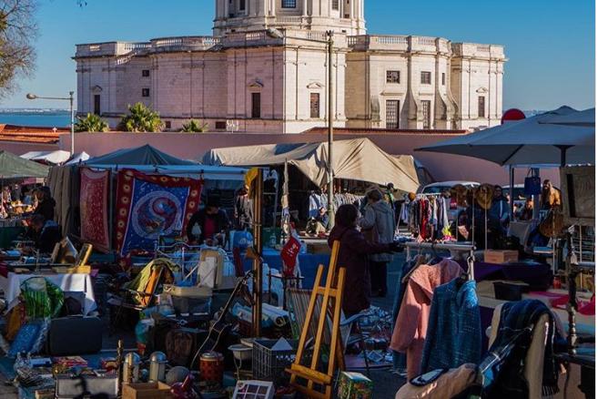 A lisszaboni bolhapiac a portugál főváros egyik legszebb részén található