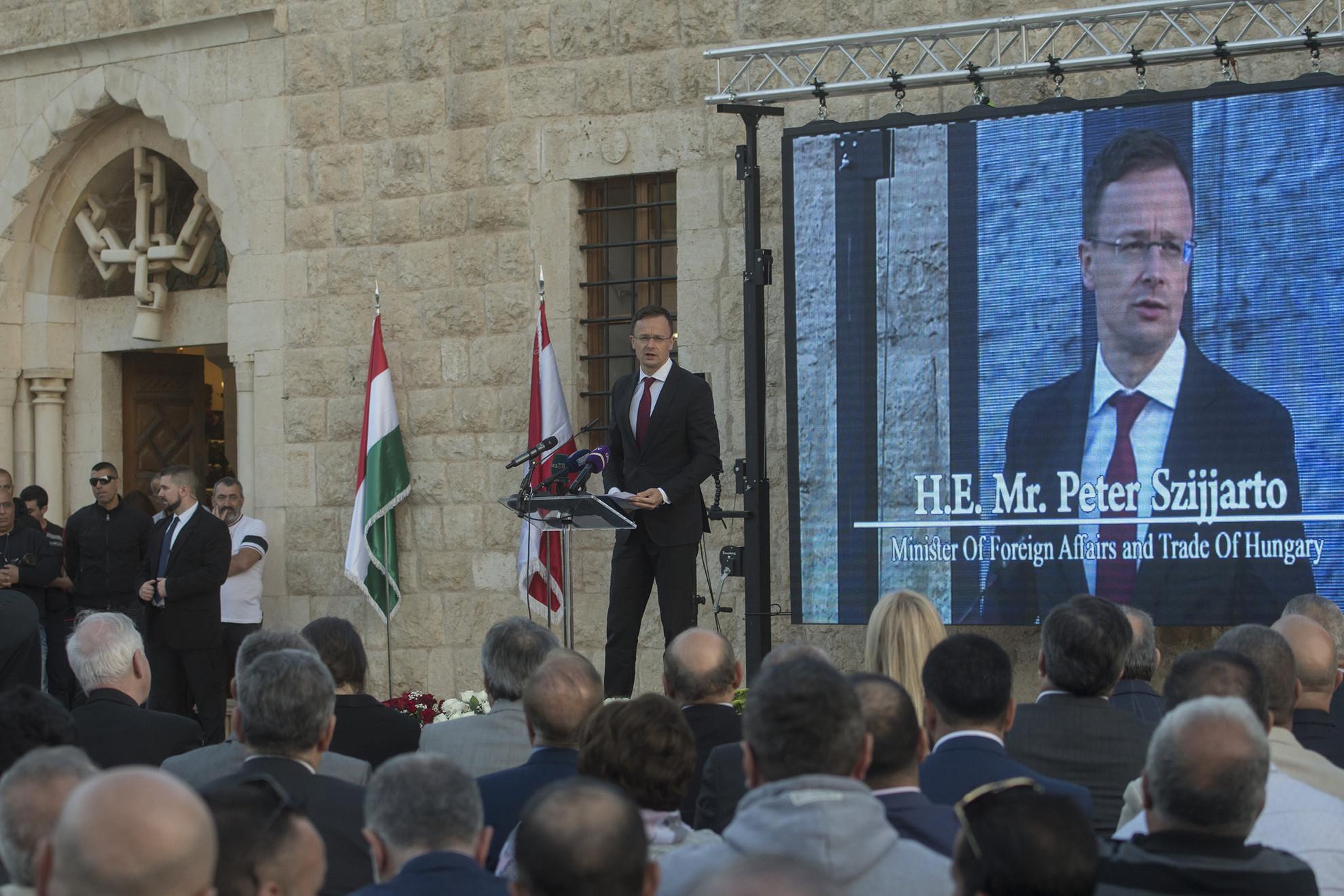 Szijjártó Péter beszédet mond a Smar Jbeilban, a magyar kormány támogatásával felújított középkori keresztény templom felújítása alkalmából tartott ünnepségen