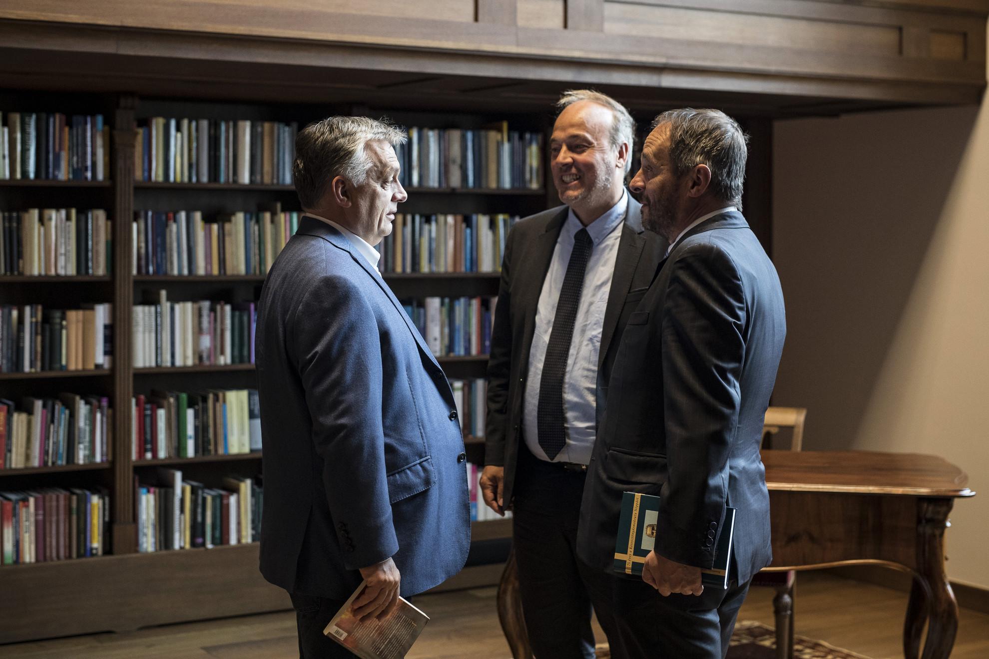 Orbán Viktor miniszterelnök (b) és az Aid to the Church in Need katolikus jószolgálati világszervezet franciaországi szervezetének igazgatója, Marc Fromager (b2) találkozója a Karmelita kolostorban