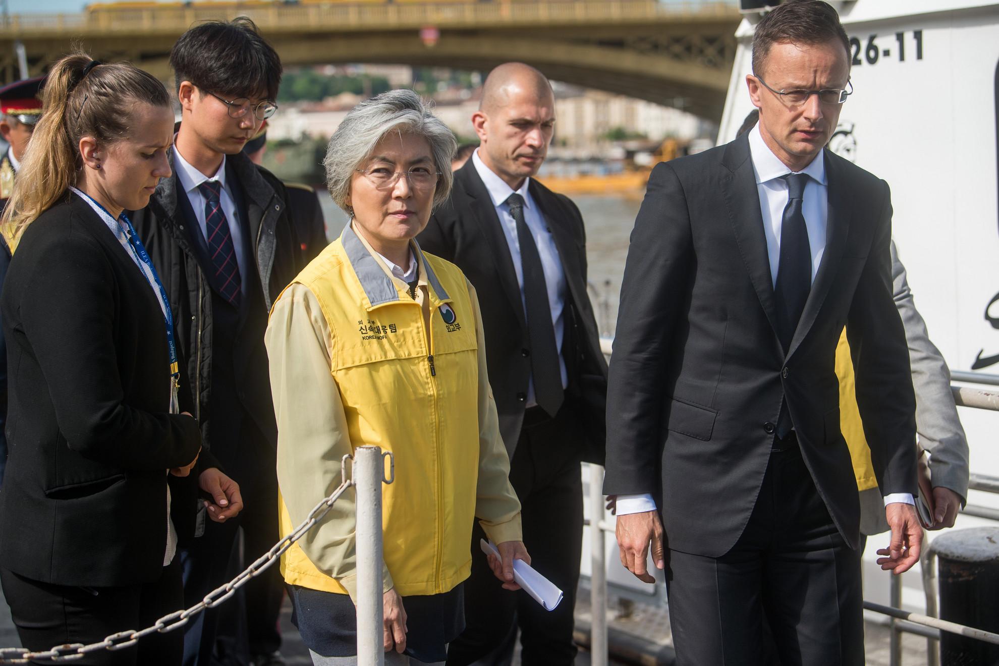 Kang Kjung Vha dél-koreai külügyminiszter (j3) és Szijjártó Péter külgazdasági és külügyminiszter (j) megtekinti a hajóbalesetben elsüllyedt Hableány turistahajó mentési munkálatait a Margit hídnál
