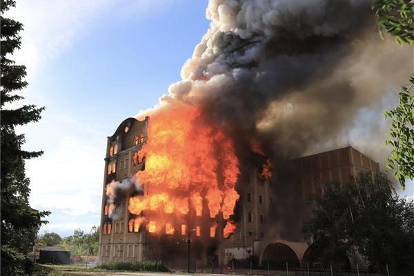 A lángok átterjedtek az épület összes szintjére