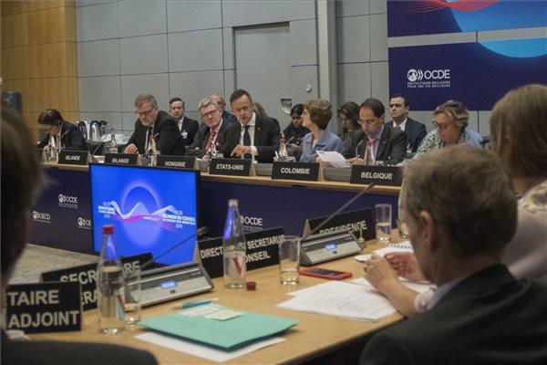 Szijjártó Péter külgazdasági és külügyminiszter (k) felszólal az OECD, a Digitális innováció az intelligens megoldások motorja a jobb életért című panelbeszélgetésén Párizsban 2019. május 23-án