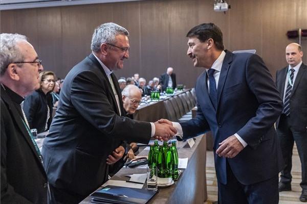 Áder János köztársasági elnök üdvözli Veres András püspököt, a Magyar Katolikus Püspöki Konferencia elnökét