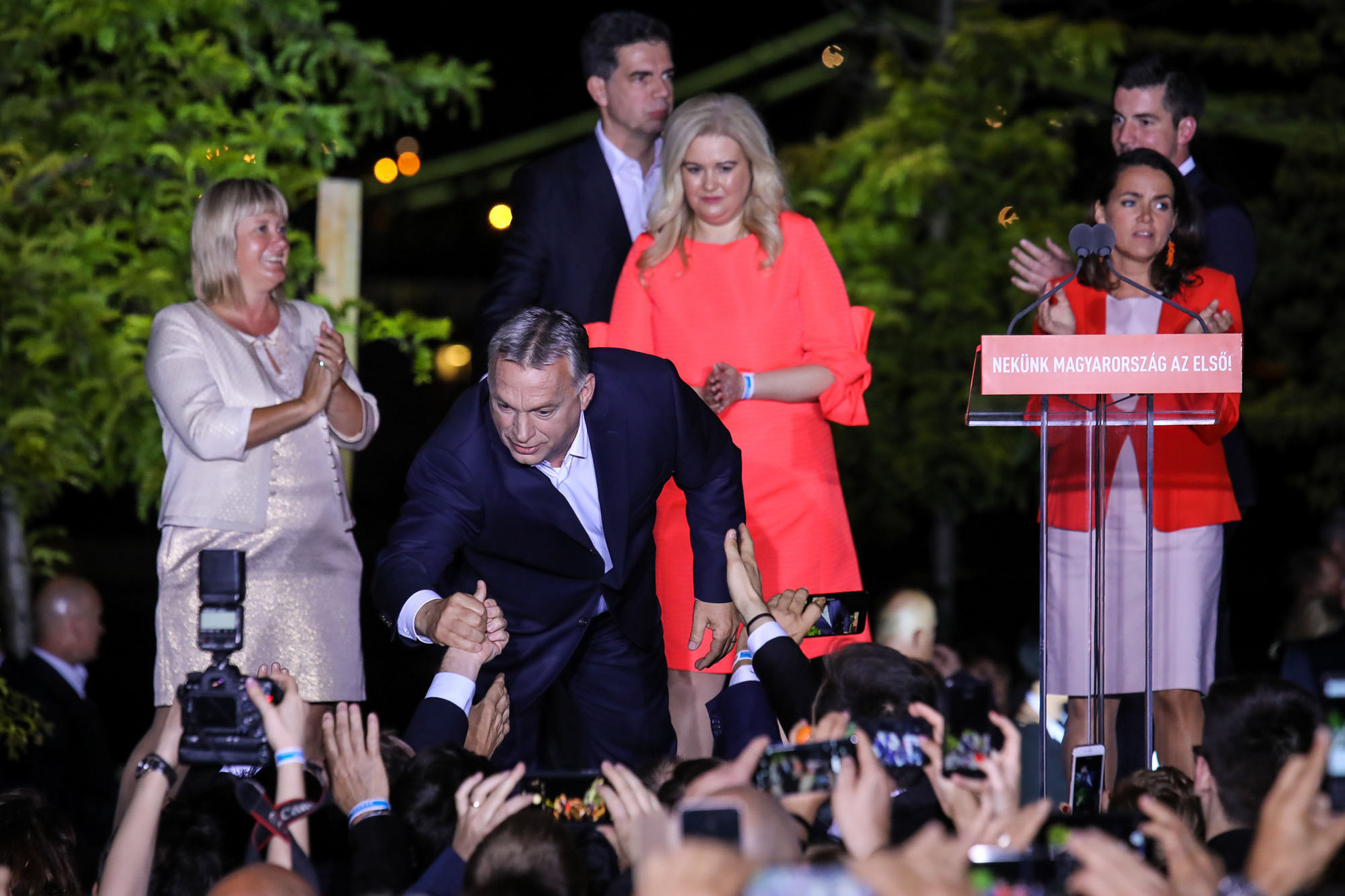 Egyedülálló módon a Fidesz-KDNP a választók szavazatainak 52,33 százalékát szerezte meg, így tizenhárom képviselőt küldhet az Európai Parlamentbe. Orbán Viktor vasárnap este a Bálna épületénél, a Fidesz-KDNP eredményváró rendezvényén mondta el győzelmi beszédét