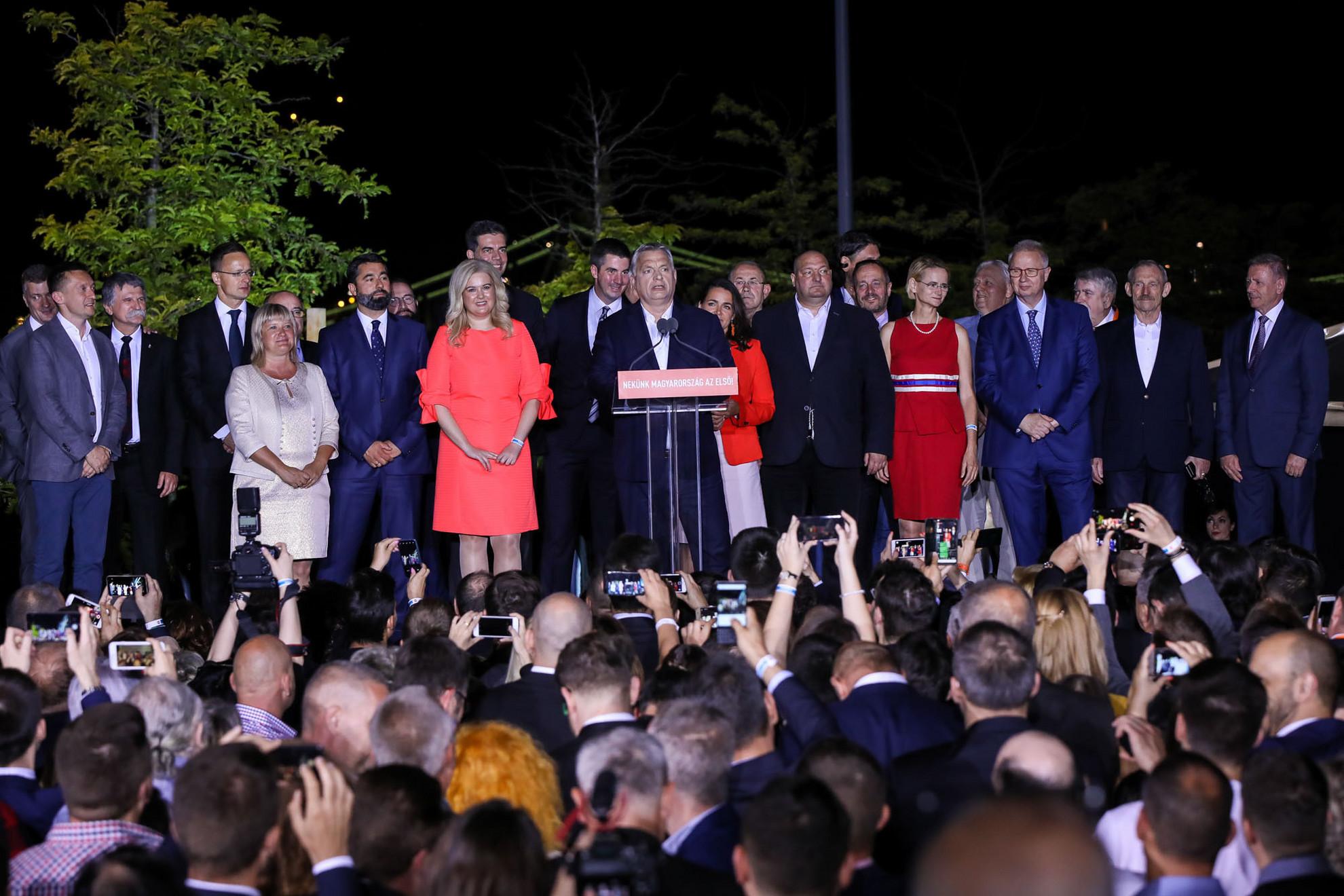 Megbizatást kaptunk! – Orbán Viktor és a következő európai parlamenti ciklus kormánypárti képviselői a Bálna épületénél