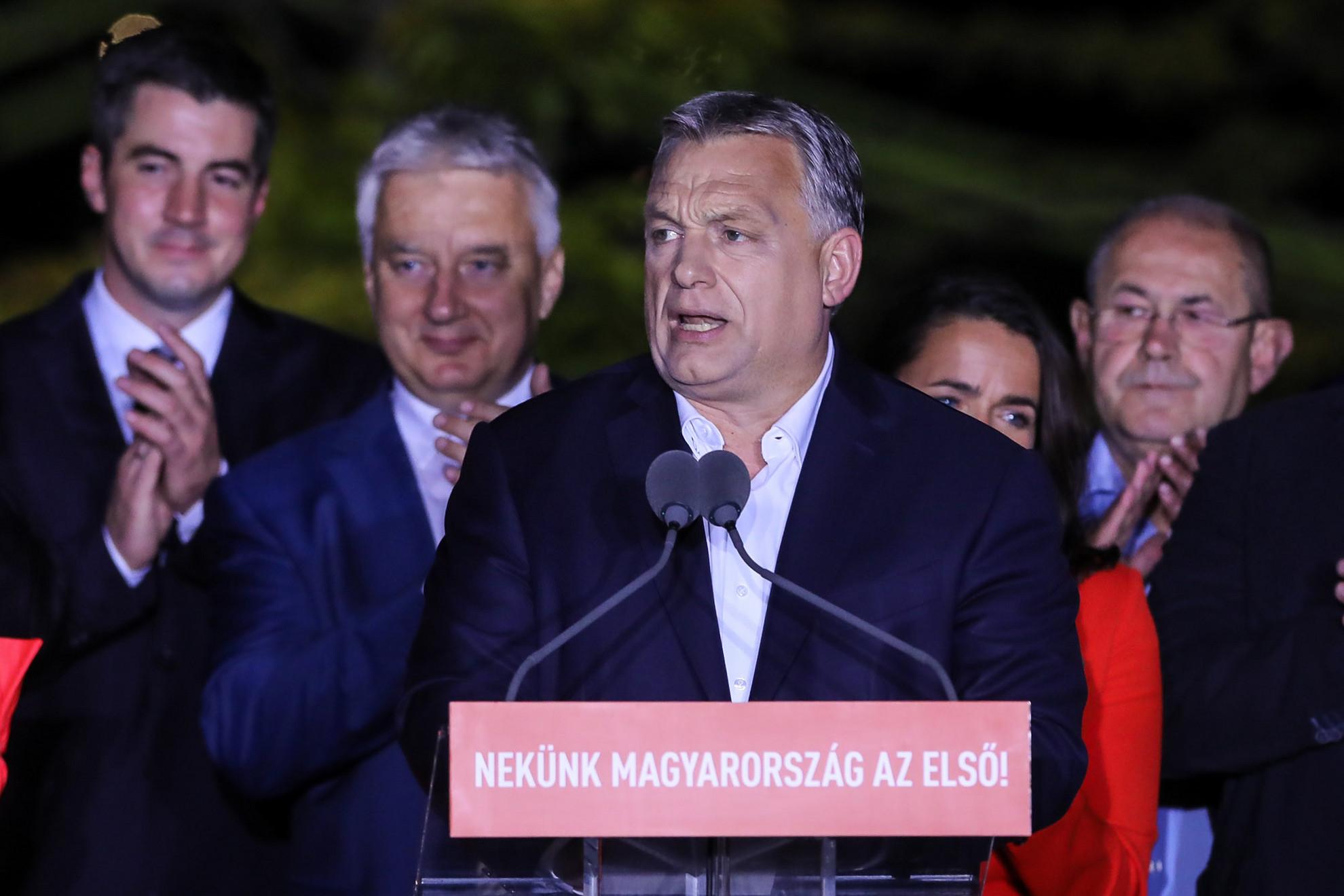 A magyar kormány az emberektől ismét erős felhatalmazást kapott, hogy Brüsszelben a változást képviselje – közölte a miniszterelnök a Bálna épülete előtt